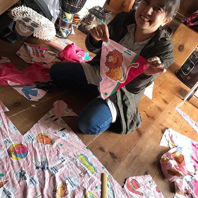 earthdaynikko2018 《デコ組》三角旗づくり切って、アイロンかけて、縫う家内制手工業#earthdaynikko2018  #アースデイ日光 #三角旗 #手づくり #家内制手工業 - from Instagram